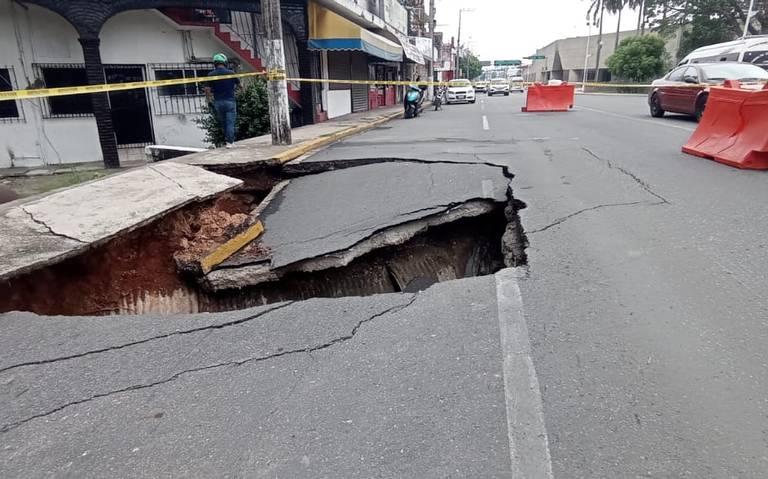 Socavón en Tabasco: se traga carril de una avenida.